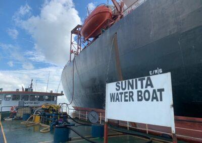 maritime-fresh-water-supplier-unloading